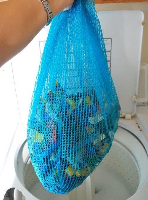 Nettoyer les petits jouets dans un filet de lavage
